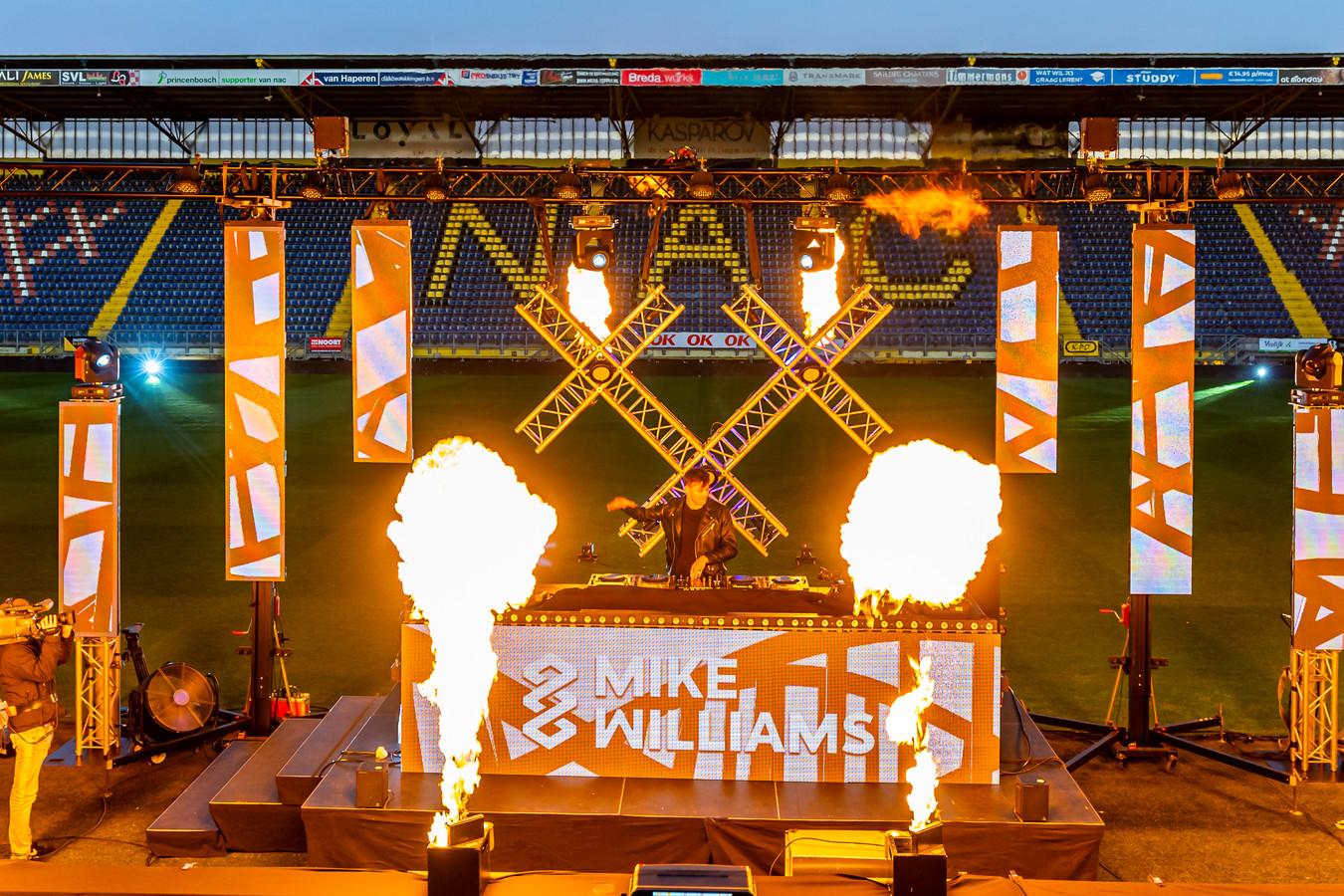 DJ's bouwen een feestje in het NAC Stadion.