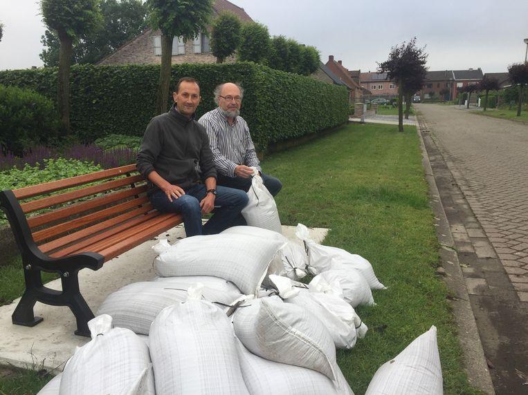 Theo Gils en Stan Michielsen met een voorraad zandzakjes.