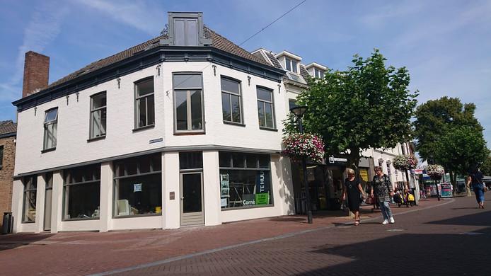 Ook boven dit leegstaande winkelpand op de hoek van de Heuvelstraat en Monsterstraat worden woningen gebouwd.