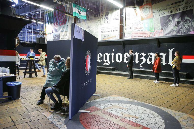 Bezoekers worden getest op covid-19  voorafgaand aan de eredivisiewedstrijd tussen Feyenoord Rotterdam en ADO Den Haag eind september. Het was een proef van het Erasmus MC samen met de GGD en de universiteit van Wageningen en Delft. Beeld ANP