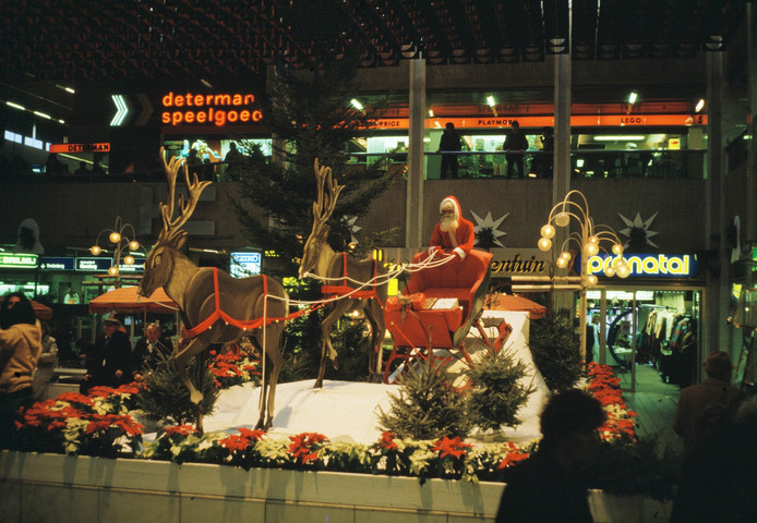 Coca Cola-kerstman in de Clarenburgtuin van Hoog Catharijne in 1983.