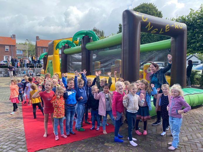 De laatste schooldag was voor leerlingen van De Poorte in Woensdrecht en De Stappen in Hoogerheide extra feestelijk. Er stonden springkussens om te vieren dat de gedateerde gebouwen worden ingeruild voor fraaie nieuwbouw, die in 2023 klaar moet zijn.