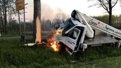 Hoogtewerker knalt tegen boom en vliegt in brand: versufte bestuurder net op tijd gered