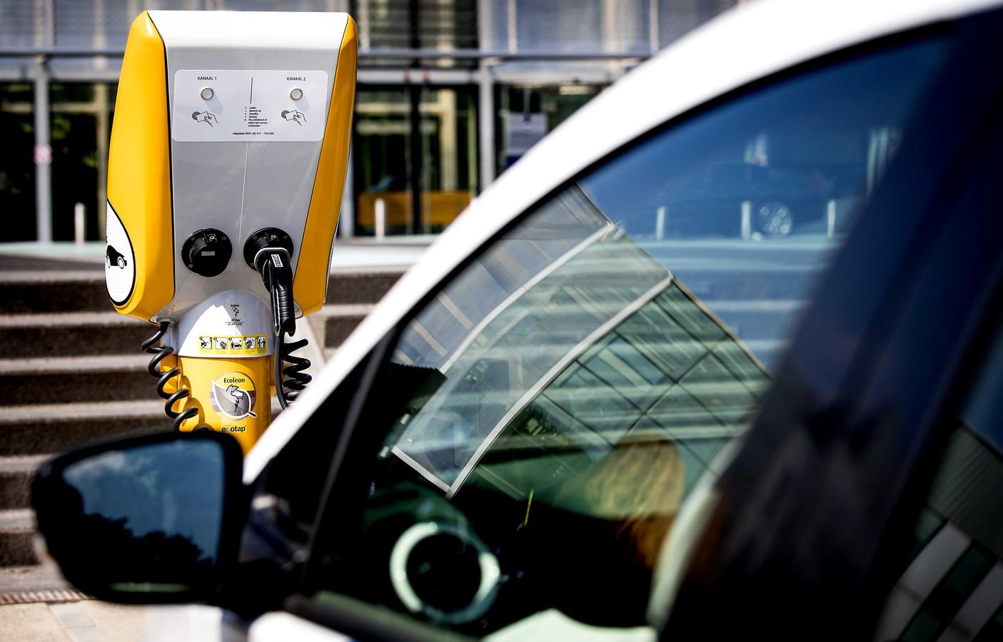 2018-07-12 11:01:48 UTRECHT - Een elektrische auto van Rijkswaterstaat aangesloten op een laadpraatpaal. Een deel van de praatpalen die vorig jaar langs de snelwegen verdwenen, keert terug als laadpaal voor de elektrische dienstvoertuigen van Rijkswaterstaat. ANP KOEN VAN WEEL