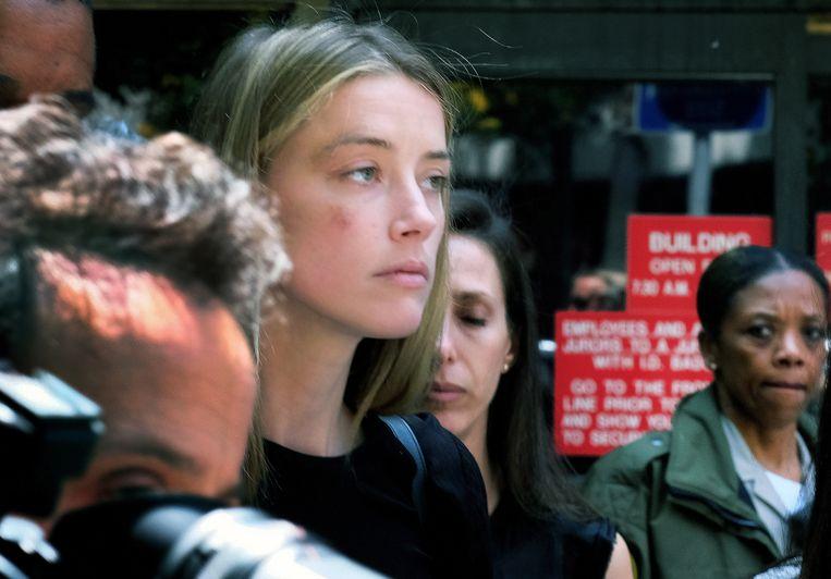 Amber Heard verlaat de rechtbank, waar ze net een contactverbod heeft aangevraagd. Op haar wang is een blauwe plek te zien, waar Depp haar geraakt zou hebben met een gsm.
