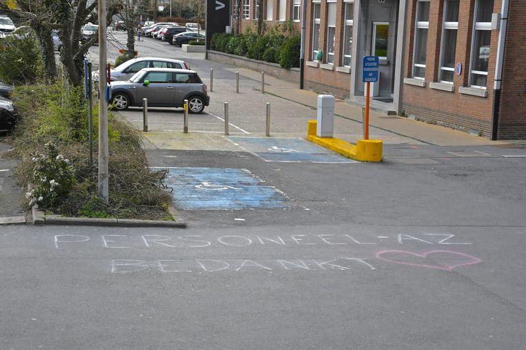 Het personeel van het AZ Roeselare campus Wilgenstraat kreeg via krijtopschrift steun in deze moeilijke tijden