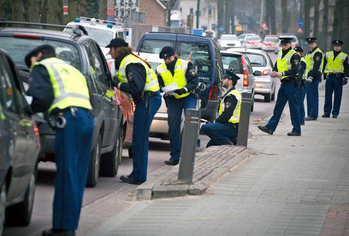 De politie bevraagt passerende automobilisten  na de moord op Tamara Plehn in Berghem, 2013.