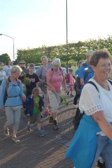Bloemen en ijsjes voor Schijndelse wandelaars vierdaagse