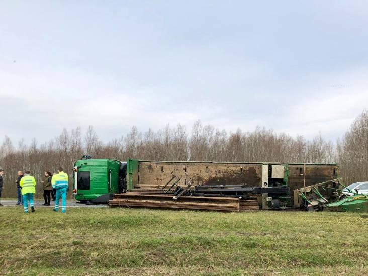 Vrachtwagen gekanteld op afrit A27 bij Werkendam, bergen duurt tot ver in avondspits
