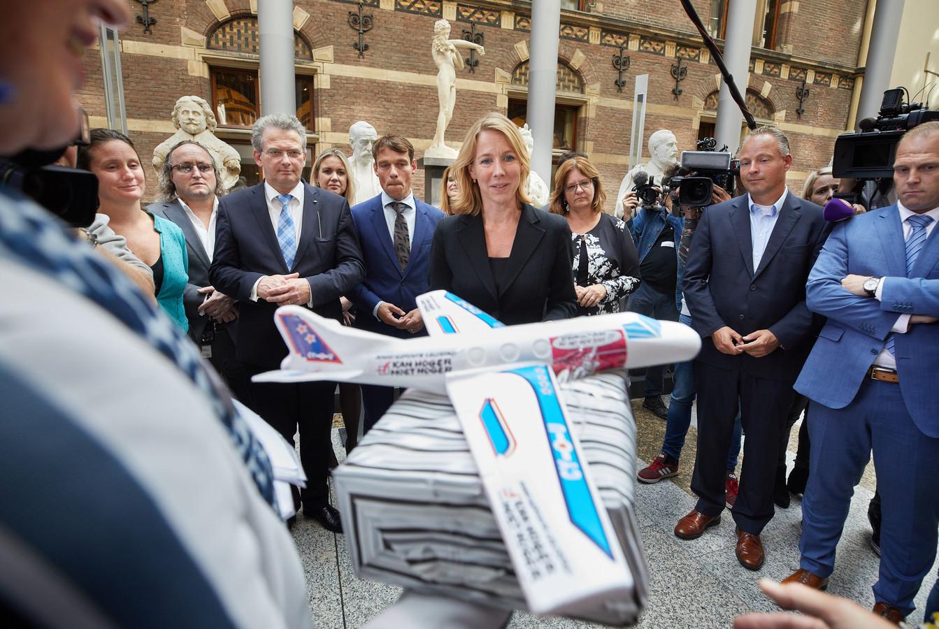 D66-Kamerlid Stientje van Veldhoven neemt de handtekening in ontvangst.