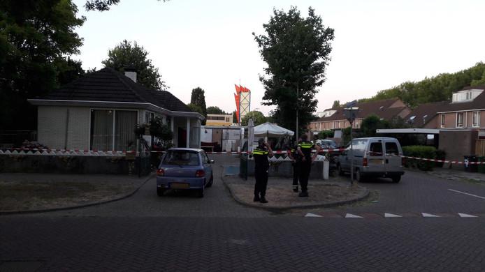 De politie heeft het woonwagenkamp afgezet.