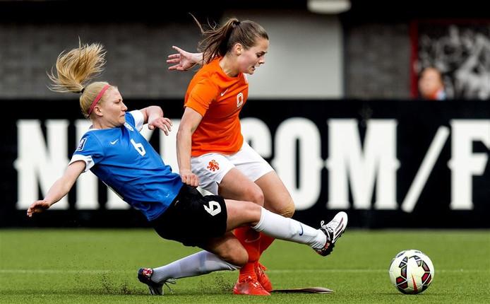 Eshly Bakker bij het Nederlands vrouwenelftal, in actie tegen Anete Paulus van Estland.