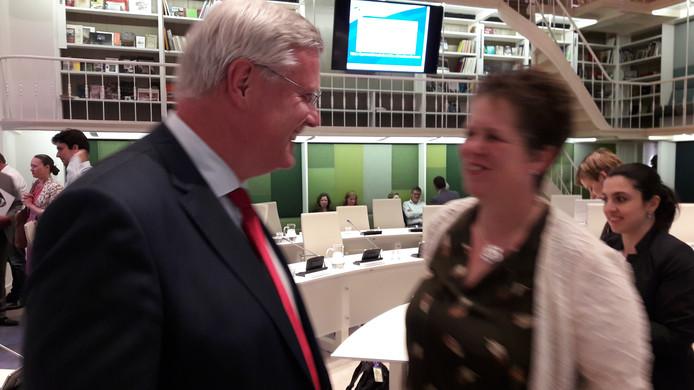 Andries Heidema ontvang felicatatie van wethouder Liesbeth Grijsen.