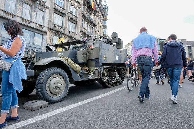 Nationale feestdag: Mensen ontdekken nieuw en antiek militair materieel.