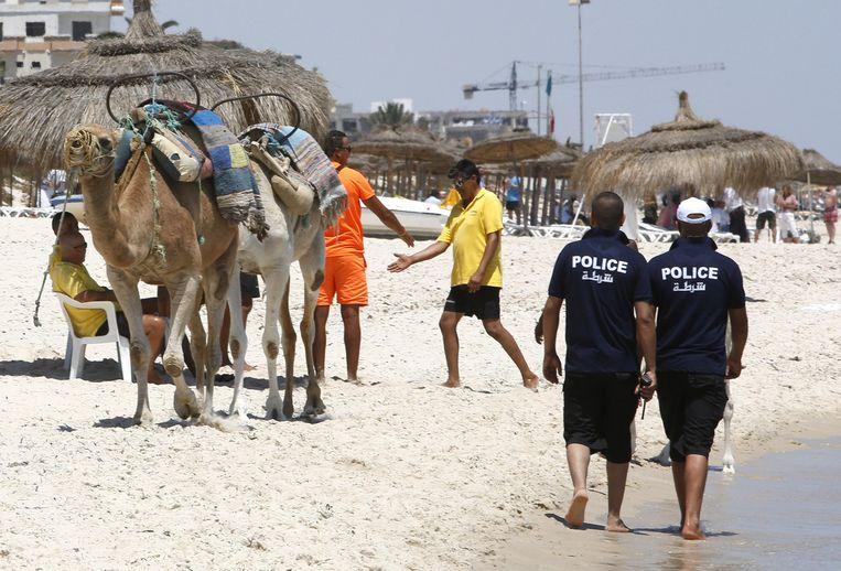 Agenten patrouilleren op het strand van Sousse.