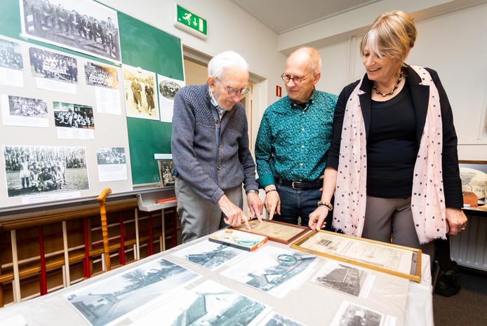 Verhalen ophalen met de 96-jarige Jan Vlaskamp (l), Sjors Gerritsen (m) en Jitske Veldman (beiden 61 jaar): ,,Juffrouw Van der Giesen was echt een begrip.''