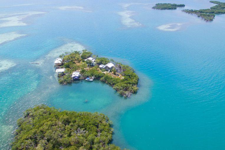 Het eiland ligt negentien kilometer voor de kust van Hopkins Village in Stann Creek, een district met ongeveer 40.000 mensen in het zuidoosten van het land.