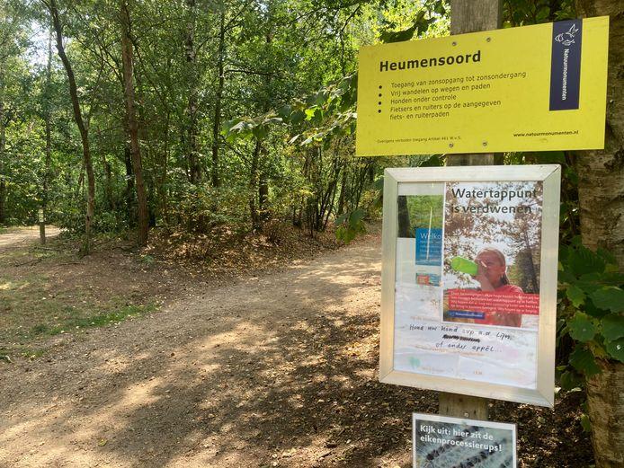 Het watertappunt in Heumensoord verdween deze zomer plots. Waar tot voor kort een kraantje stond, hangt nu slechts een informatie-poster.