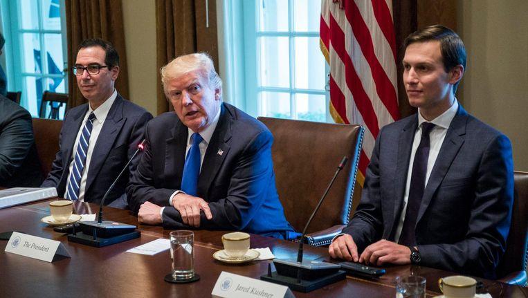 President Donald Trump (midden) met schoonzoon Jared Kushner (rechts). Beeld epa