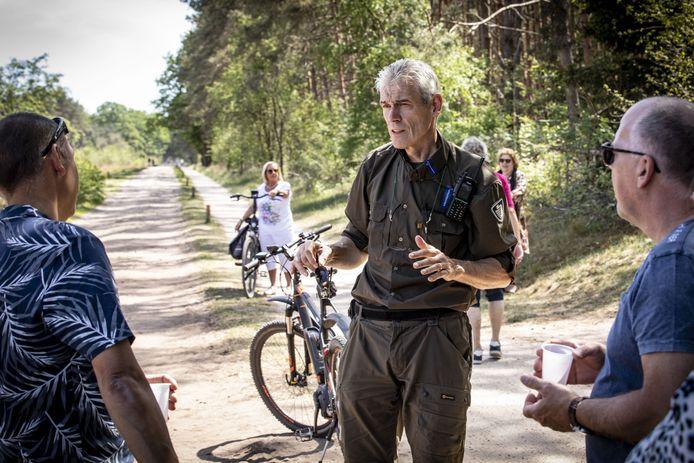 """André Stokkingreef in gesprek met wandelaars: """"Ik ben meer gastheer in het bos dan boeman."""""""