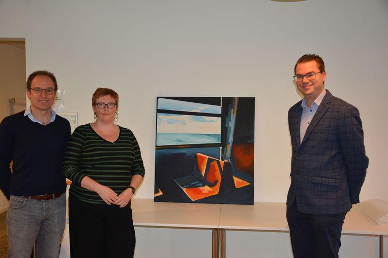 Cultuurschepen Michaël Vandemeulebroecke en burgemeester Simon Lagrange namen het werk van Evy Toye in ontvangst.