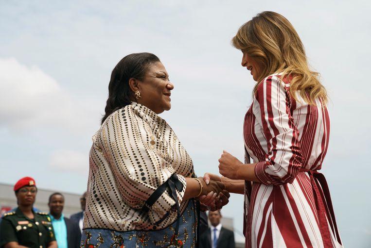 De first lady van Ghana, Rebecca Akufo-Addo, begroet die van de VS, Melania Trump.