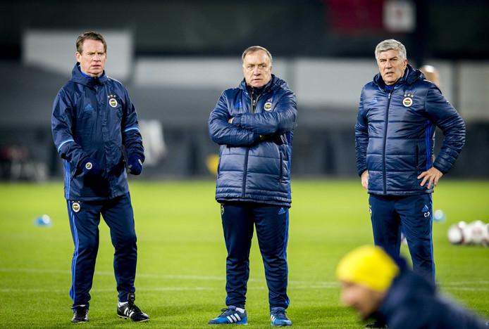 De technische staf van Fenerbahçe: hoofdcoach Dick Advocaat, geflankeerd door assistenten Mario Been (links) en Cor Pot.