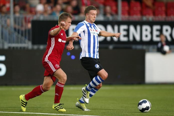 Mart Lieder (FC Eindhoven) probeert Damon Mirani (Almere City FC) van zich af te houden.