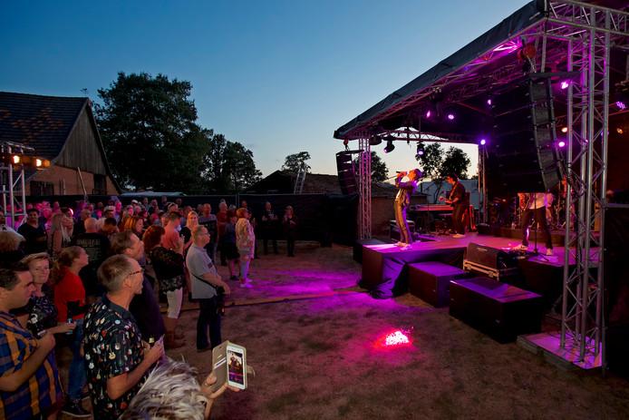 De Italiaanse Queentribute bands The Queen Rats tijdens het optreden in de tuin van het echtpaar Vermulst in Rijsbergen