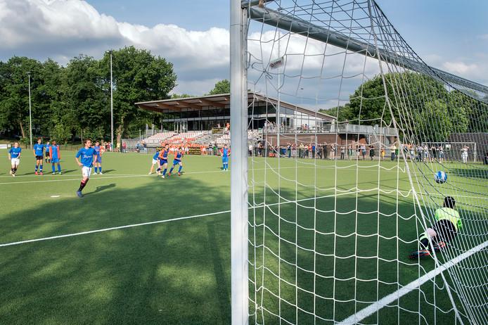 Beeld uit een jeugdwedstrijd van Orion tegen Oranje Blauw, op sportpark Mariënbosch van Orion in Nijmegen.