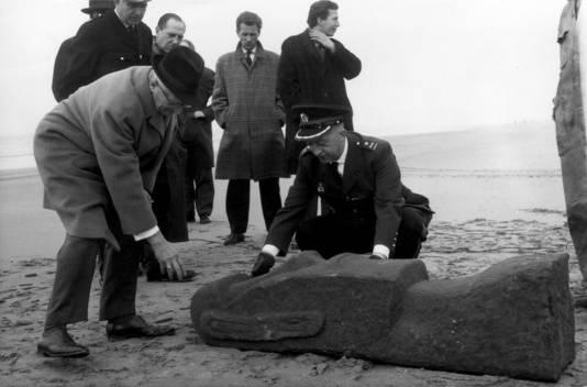 Op 30 maart 1962 spoelt in Zandvoort een zwaar stenen beeld aan, waarvan de herkomst niet kan worden vastgesteld (Paaseiland?). De politie en de burgemeester van Zandvoort, Mr.H.M. van Fenema komen eraan te pas, maar het blijft een raadsel. Achteraf blijkt het een goed geslaagde 1 april-grap te zijn.