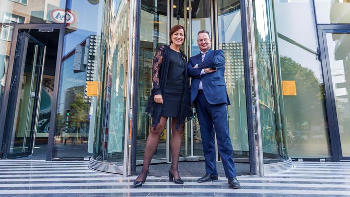 Joyce Verdijk en Kees van Wezel voor de nieuwe entree van de Bijenkorf op de hoek van de Lange Viestraat en de St.-Jacobsstraat.