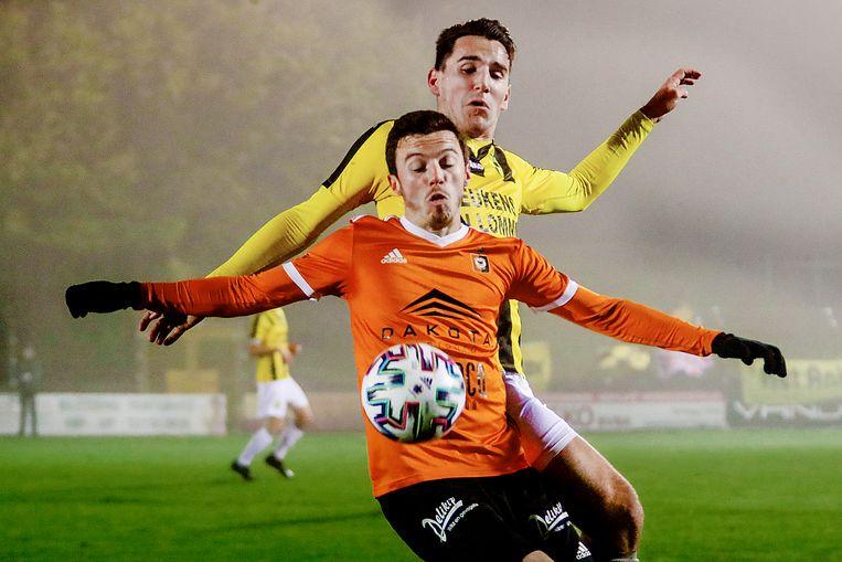 Matthiece Nelissen in de rug van doelpuntenmaker Youssef Challouk.