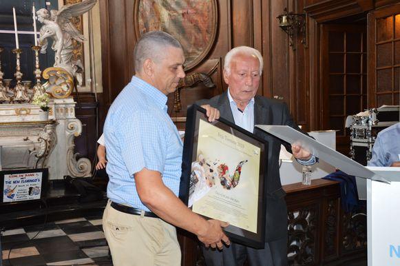 Kris De Wit van de Ninoofse zwerfvuiljagers krijgt de erkenning van de Prijs Toerisme 2019 uit handen van toerismeschepen en ereburgemeester Michel Casteur.