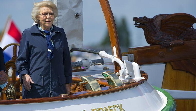 Prinses Beatrix (toen nog koningin) aan boord van haar zeiljacht De Groene Draeck tijdens de viering van het 100-jarig bestaan van de Koninklijke Watersport Vereniging Loosdrecht. Beeld anp