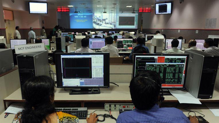 Wetenschappers aan het werk in het controlecentrum van ISRO. Beeld AFP