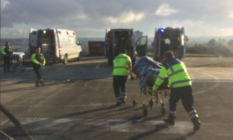 Gewonden worden op brancards naar ambulances gereden.