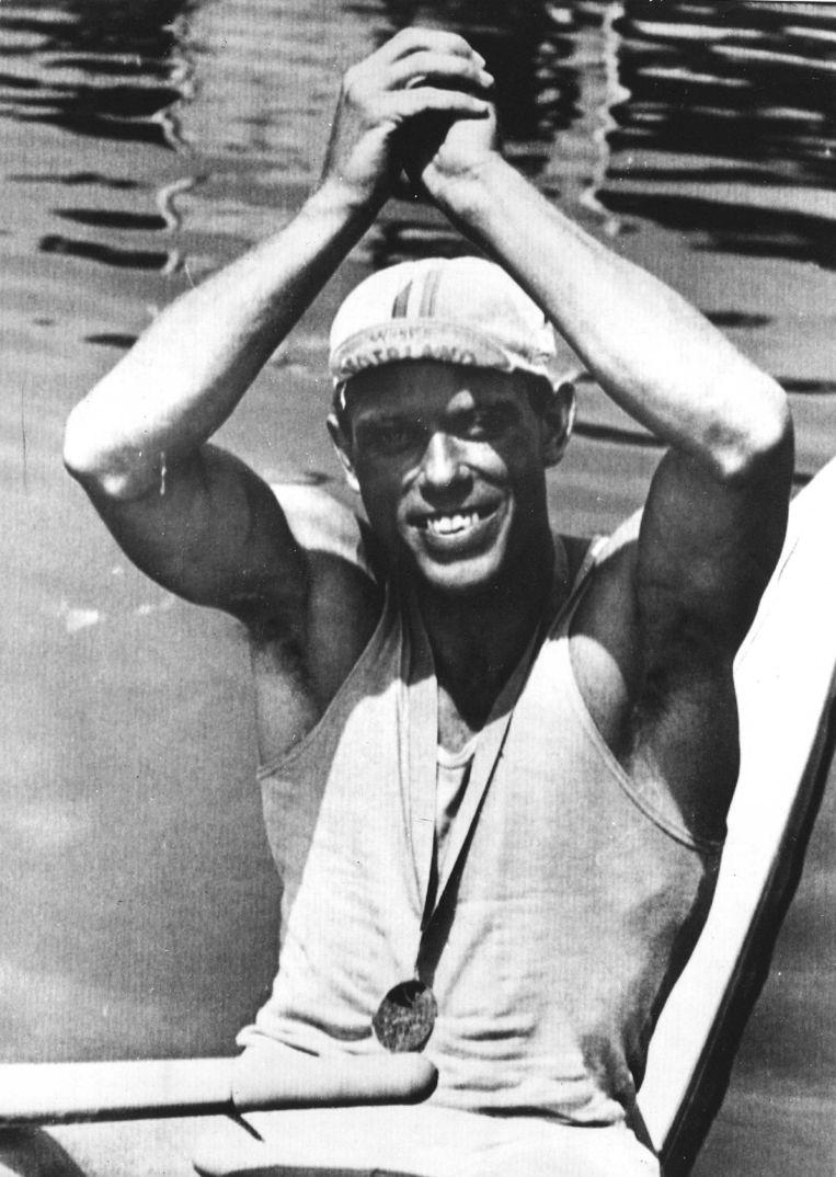 De skiffeur Jan Wienese maakt het gebaar van de overwinnaar. Hij won de gouden medaille, die hij hier trots om zijn hals draagt. Beeld ANP