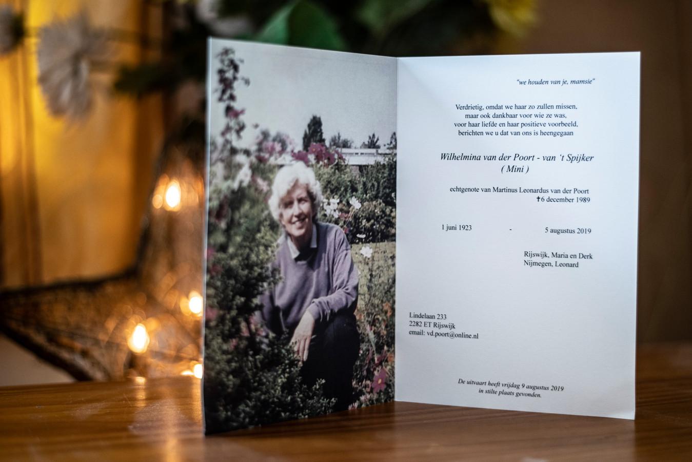 """Rouwkaart van de moeder van Leonard van der Poort.  ,,Ik ben nog aan het bekomen van haar overlijden."""""""