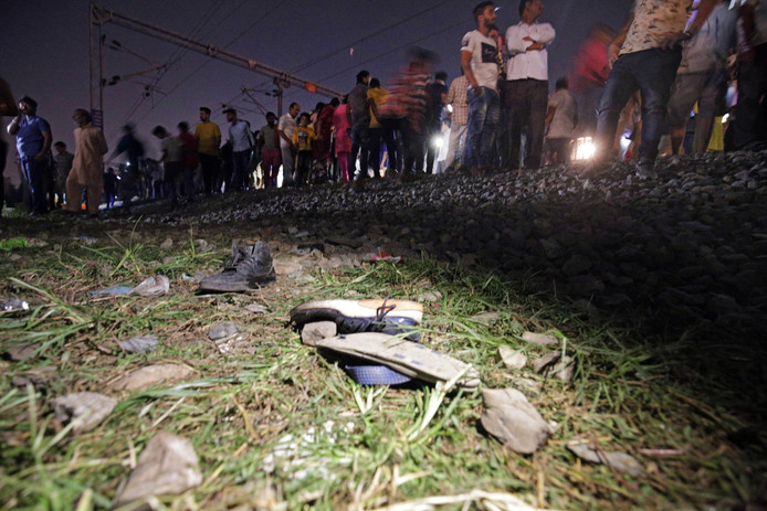 Langs het spoor liggen schoenen van slachtoffers van het treinongeval