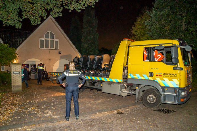 Illegale pokerruimte met tafels en gokkasten gevonden onder woning in Rijen.