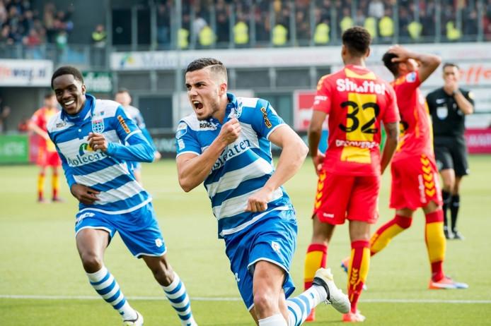 Raak! 2-1 voor PEC Zwolle. Geboren Deventenaar Mustafa Saymak kreeg alle ruimte en schoot de bal fraai binnen vanaf zo'n twintig meter.