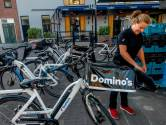 'Het loopt de spuigaten uit', gemeente gaat eind maken aan fout gestalde bezorgscooters en -fietsen