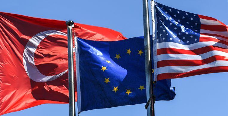 De vlaggen van Turkije, de EU en de VS. Beeld AFP