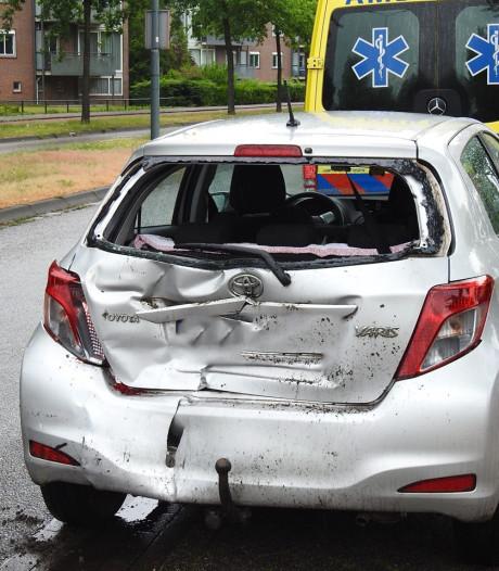 Vrachtwagentje knalt achterop personenauto in Helmond