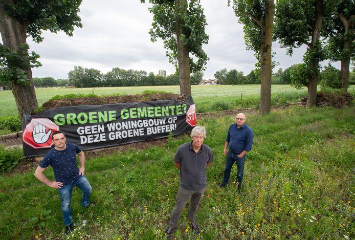 Vlnr Stefan van Strien, Rob van Aken en Arnold Pouls. Zijn zijn bewoners van de Kalkvliet in Terheijden en tegen het woningbouwproject op het gedeelte achter de bomen.