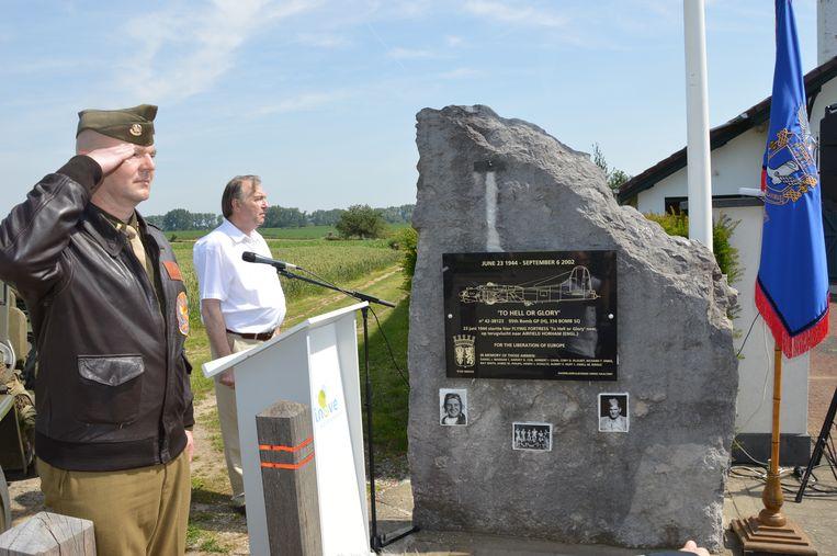 Herdenking 75ste verjaardag van de tragische WOII-vliegtuigcrash 'To Hell or Glory' aan het monument in Outer