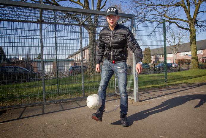 NEC-speler Mohamed Rayhi houdt een bal hoog op een pleintje in zijn stad Eindhoven.