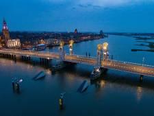 Forse kostenpost Kampen door botsing van onbekend schip tegen 'bumpers' Stadsbrug