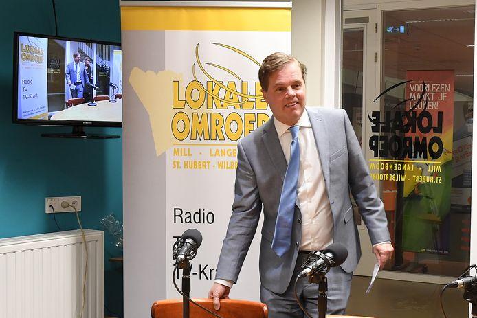 Burgemeester Antoine Walraven gaat de uitslag van de inwonersraadpleging van Mill bekend maken in de studio van de lokale omroep.